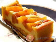 Esta tarta la forma una delicada y sabrosa crema pastelera combinada con manzanas acarameladas.