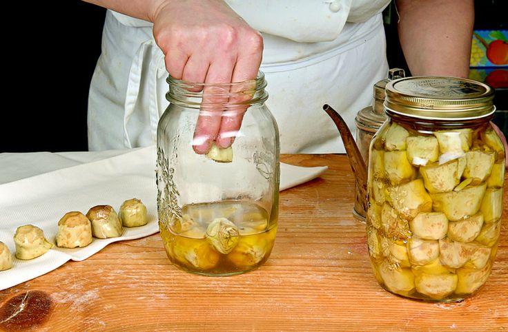 Carciofini sott'olio. #4 Cominciate e a riempire i vasi di vetro sterilizzati. Pressate i carciofi con una forchetta e versate olio  evo fino a coprire. Chiudete i vasi, fateli bollire di nuovo in acqua per avere il sottovuoto e riponeteli al buio e all'asciutto per 2 mesi.