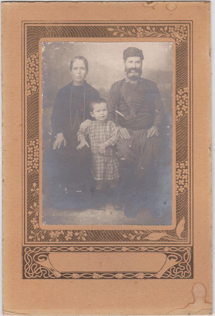 Η γιαγιά μου Τριανταφυλλίτσα Βλαστου, με τον σύζυγό της Σταμάτη Διαμαντάκη, σε προχωρημένη ηλικία. Η Τριανταφυλλίτσα ήταν ένα από τα 8 παιδιά του Βασίλη και της Τριανταφυλλιάς Βλαστού. Το παιδί είναι ο Ιωάννης Διαμαντάκης, γιος τους.
