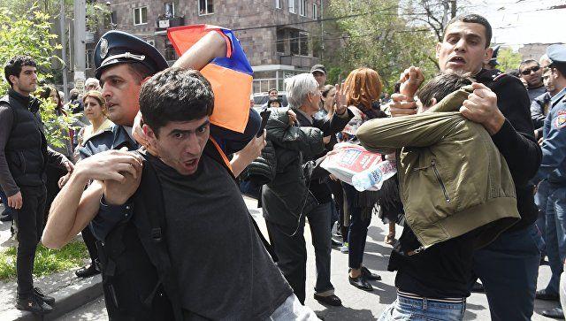 Το Κουτσαβάκι: Στο Ερεβάν, ο αριθμός των κρατουμένων διαδηλωτών έ...