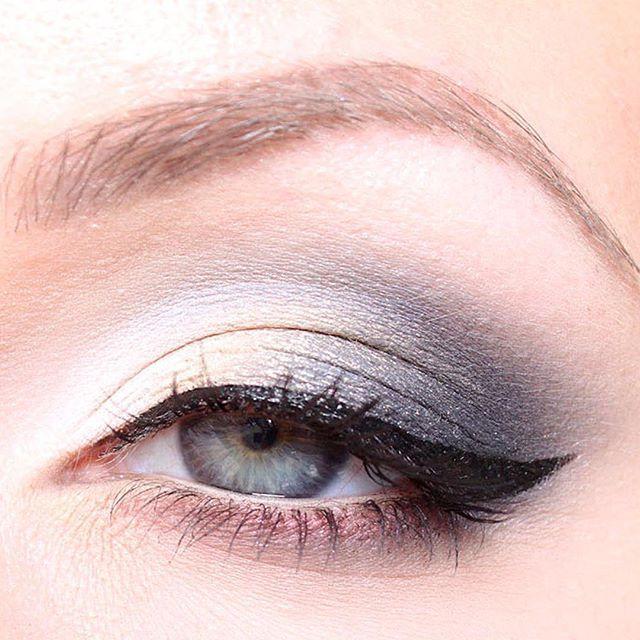 Dagens sminkning är inspirerad av Amanda Seyfried som alltid är lika snygg! Det är svårt att fånga glitter på bild, ni får helt enkelt föreställa er att det är mycket glittrigare i verkligheten :) …