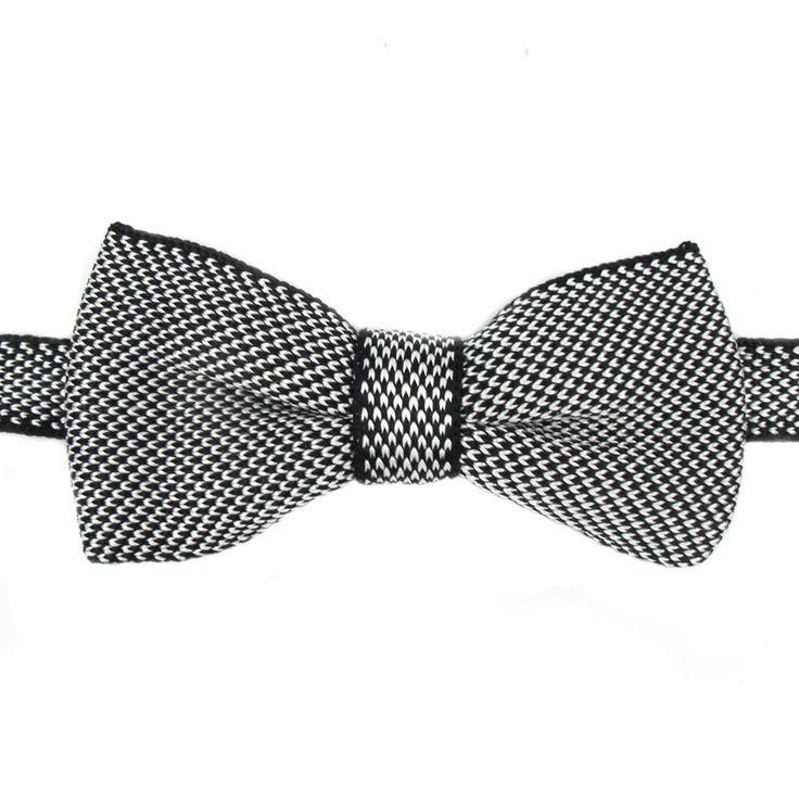 Questo papillon della Guerrieri è per un look dallo stile informale ma elegante. Il cravattino è fatto in seta maglia nera-bianca  Consegna gratis a partire da 100€ Punti fedeltà convertiti in un buono Confezione regalo gratis