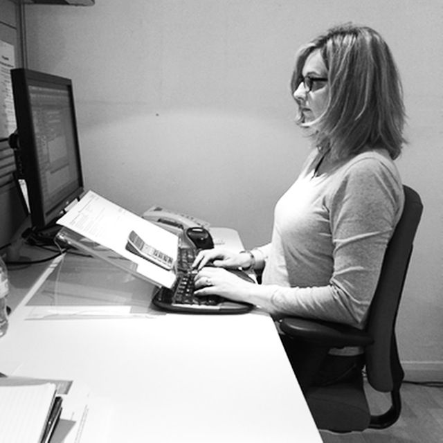 Are you sitting properly at your desk? Here's 5 tips for a healthy workspace