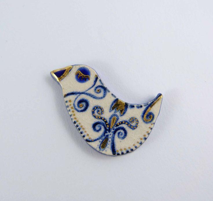 Ceramic brooch FOLKLORE, beige, blue  bird with gold. Broche céramique FOLKLORE, oiseau beige, bleu et or. de la boutique Tanaart sur Etsy