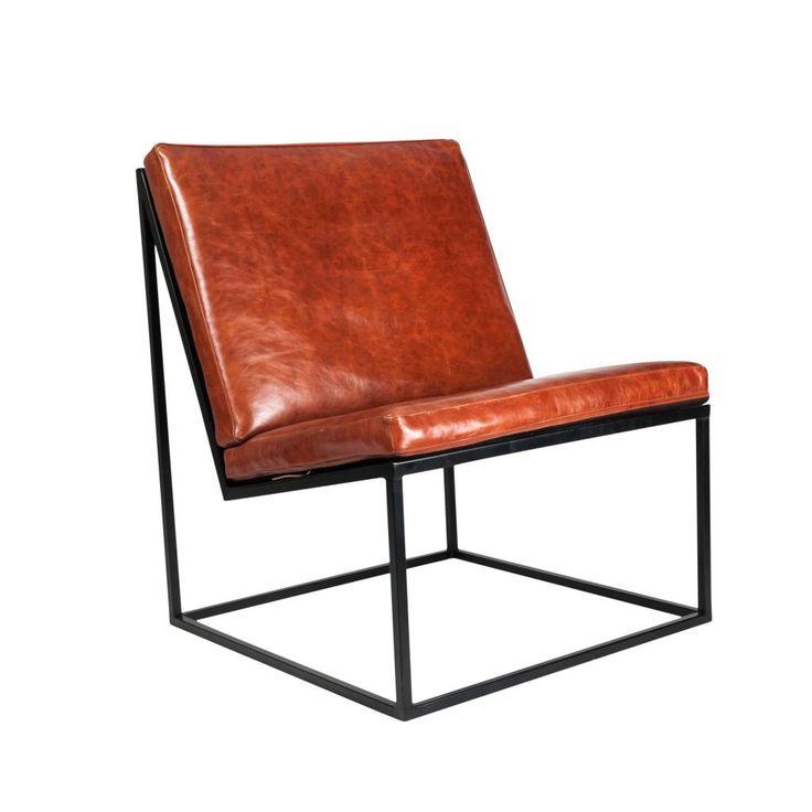 Feita com traços simples e puros, é poltrona Smart é um convite ao sentar, ao refletir. Apesar de seu conforto, não foi feita apenas para relaxar, mas sim para aproveitar o tempo de forma consciente.  Sua inclinação faz parte de uma geometria que une forma e função.  Materiais: Estrutura em aço com pintura eletrostática e almofadas em couro natural, cores preto e whisky (foto) Medidas: 700x750x850mm