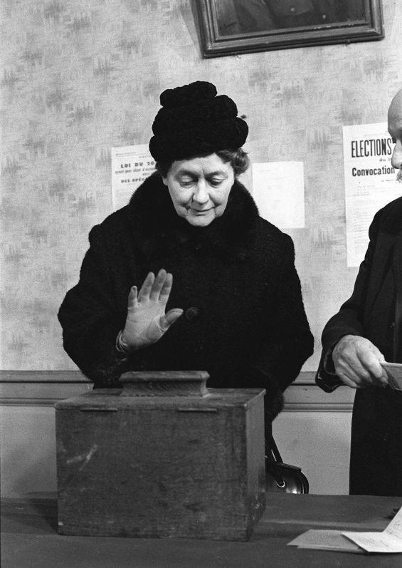 """Droit de vote des femmes : """"J'ai senti la fin d'une injustice"""" - France Inter  29 avril 1945 / 12 millions de francaises votent pour la 1ere fois."""