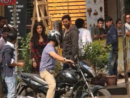 "#BBSnapOn Akshay Kumar and Shruti Haasan on the streets of Mumbai, shooting for their upcoming film, ""Gabbar"" !"