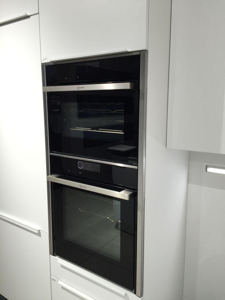 Fraaie Neff oven combinatie met rvs doorlopende zijstrip om apparaten één geheel te laten lijken