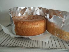 Este es un bizcocho base y se utiliza para hacer tartas de unos 26 cm de diametro INGREDIENTES: 8 Huevos 275 gr de azucar 300 grs de hari...