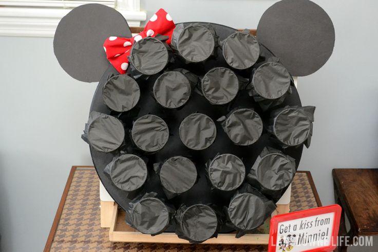 Staat leuk op de feesttafel van een Minnie Mouse feestje en je kunt vanalles in de bekertjes stoppen; snoepjes, een opdracht, klein cadeautje. | Landsdowne Life: Minnie Mouse Birthday Party Punch Board.