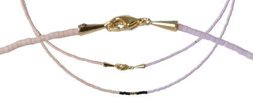Til denne halskæde er der brugt følgende materialer:  50 cm grå Tigertail wire-tråd metallic 0,38mm 4 forskellige farver delica perler (se nr. på farverne oven over) 1 stk. skruetrækker til skrue-wireklemmer 2 stk. skrue-snorende med øje 1 stk. karabinlås 12mm  Her er der brugt wire-tråd til halskæden i stedet for Memorywire, det gør at kæden ikke sidder helt tæt på halsen. Denne halskæde har et færdigt mål på 45 cm. Du kan også bruge almindelig perletråd til at lave denne kæde, men…