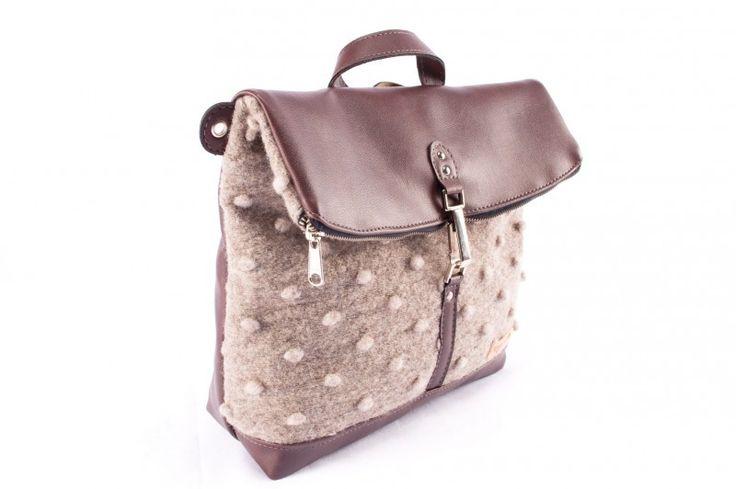 Tricky Bag è una borsa multifunzionale pensata per chi non si ferma mai. Infatti tricky si trasforma da borsa a tracolla a zaino a borsone da schiena. Comoda per andare in bici è anche impermeabile gli interni sono foderati in cotone. Al suo interno ci sono 2 tasche con cerniera. I materiali con cui è stata realizzata sono tutti made in Italy.