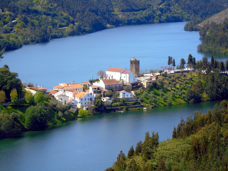 Com paisagens fabulosas, tendo o Rio Zêzere como pano de fundo, a simplicidade e a calma são os atributos de Dornes, desta freguesia apelidada de aldeia.