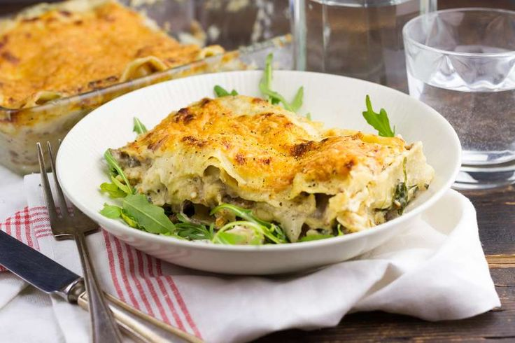 Recept voor romige witloflasagne voor 4 personen. Met zout, boter, olijfolie, peper, melk, bloem, witlof, kaas, lasagnebladen, gehakt, peterselie, rode ui en knoflook