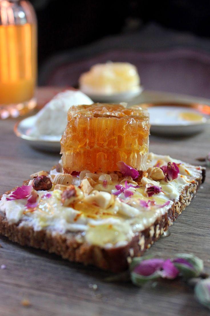 Smak z tysiąca i jednej nocy /szafranowa ricotta/ miód/ pączki suszonej róży damasceńskiej/prażone orzechy laskowe