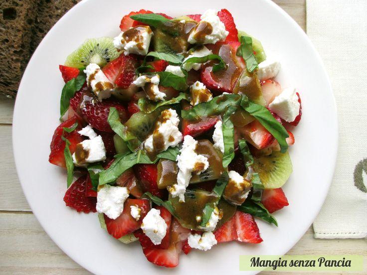 L'insalata fragole e kiwi con formaggio caprino, condita con una crema di balsamico è veramente una delizia. Una combinazione di gusti tutta da scoprire!