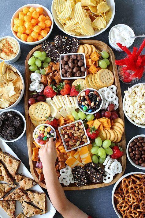 Bilden Sie ein süßes und salziges Snack-Brett für Ihre folgende Partei. Die perfekten Snacks für …