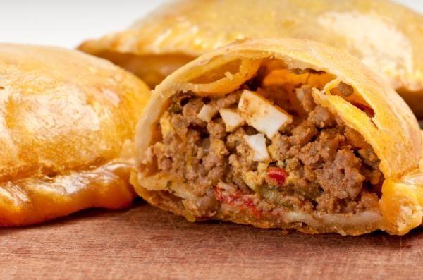 Aprende a preparar empanadas criollas con esta rica y fácil receta. Cortar la carne en tiritas de ½ cm de espesor y luego en cuadraditos. Calentar en una olla la...