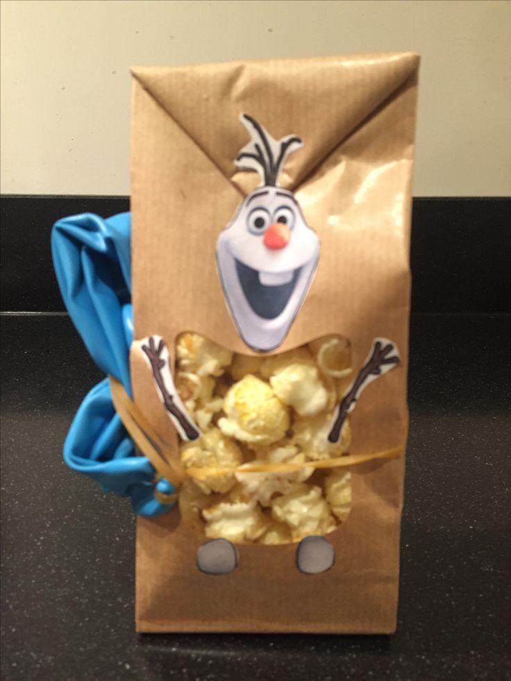 Traktatie popcorn frozen Olaf. Afscheid van de peuterspeelzaal. Papieren venster zakjes gevuld met popcorn. De vensterzakjes zijn besteld bij Jojoli.nl. Aan de zijkant een grote punch ballon toegevoegd.