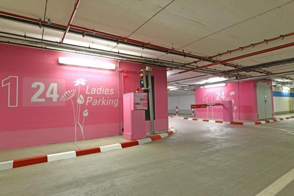Ladies Parking Flughafen Frankfurt 2013