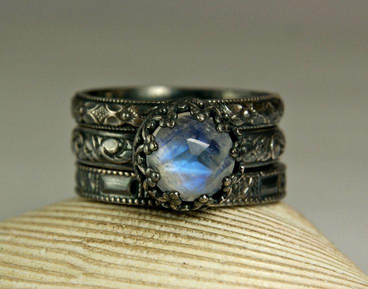 Anillo de piedra de luna arco iris, anillos de renacimiento, antiguo anillo de plata, juego par, anillo de bodas - anillo de compromiso de TazziesCustomJewelry en Etsy https://www.etsy.com/es/listing/228597133/anillo-de-piedra-de-luna-arco-iris