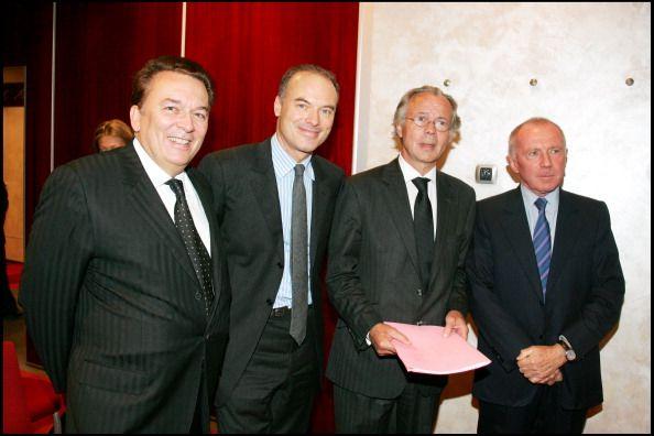 Pierre Guillermo , lauréat du Prix de l' Entreprise de l' Année, félicité par Renaud Dutreil, Ministre des PME et du Commerce, Henri Nijdam, directeur du Nouvel Economiste, et François Pinault.