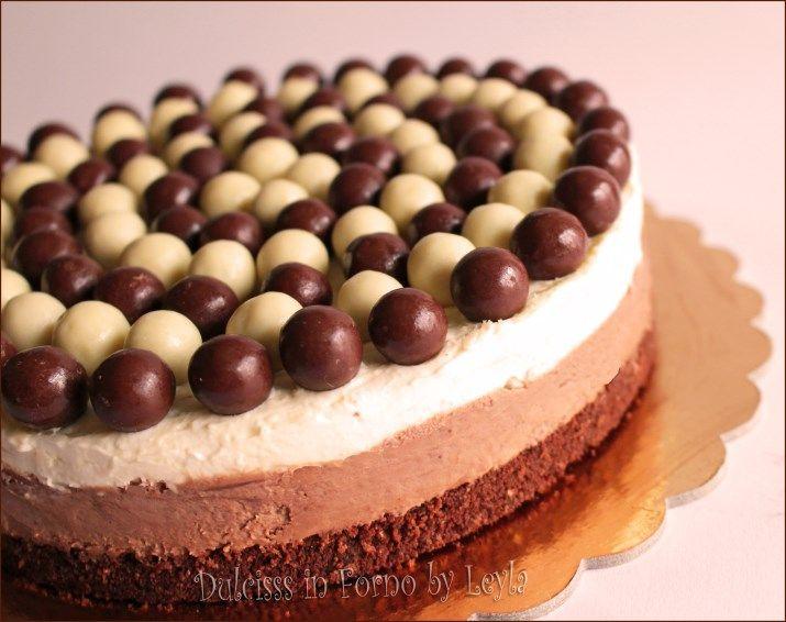 Cheesecake al cioccolato bicolore con cioccolato bianco e cioccolato al latte che potete trasformare in semifreddo o in torta gelato ! Senza colla di pesce.