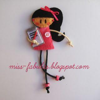 Broche muñeca hecho a mano en fieltro AUXILIAR MEDICO Brooch felt doll hand made  CONTACT: carmenmissfabulas@gmail.com