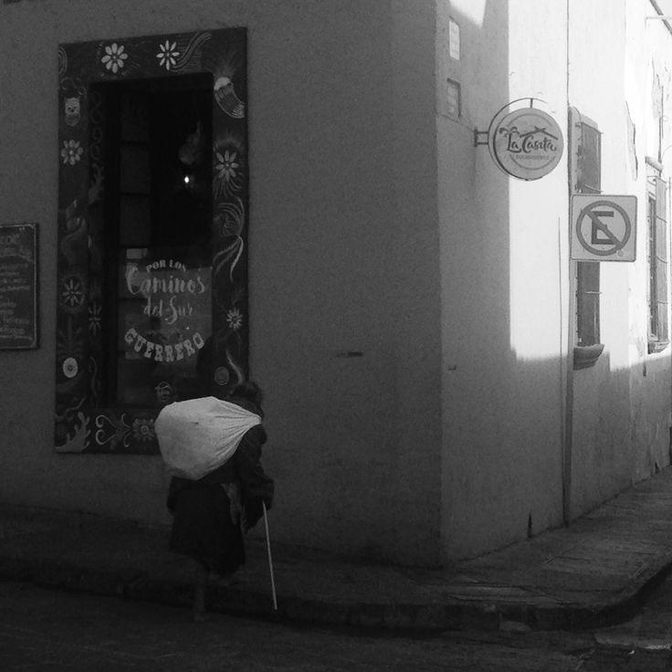 Anciana descalza en el Centro Histórico de Querétaro