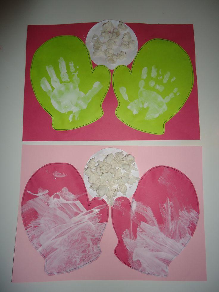 Wanten met handafdruk en sneeuwbal. De uitwerking spreekt voor zich. De sneeuwbal is een rondje beplakt met propjes crepepapier.