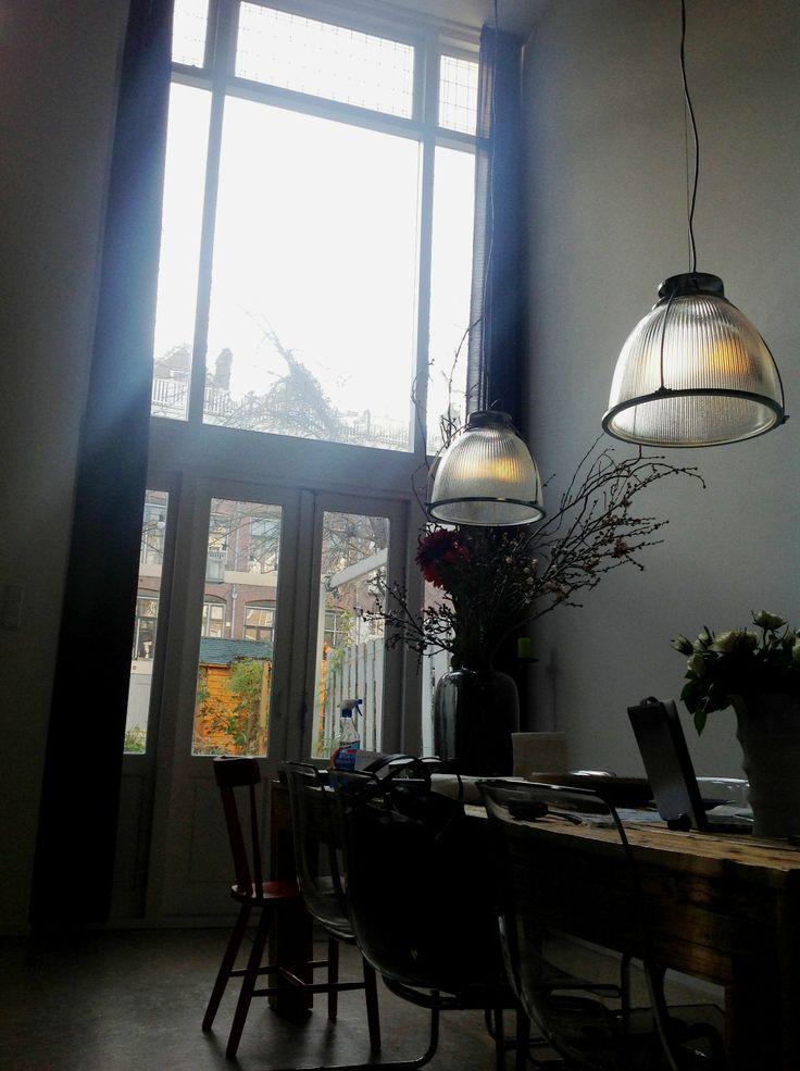 Industriële hanglamp EK-1001, de Refraktor van Hollands Licht. Karakteristiek design en breder lichtspreiding. Ideaal boven een tafel of als basisverlichting in een ruimte.