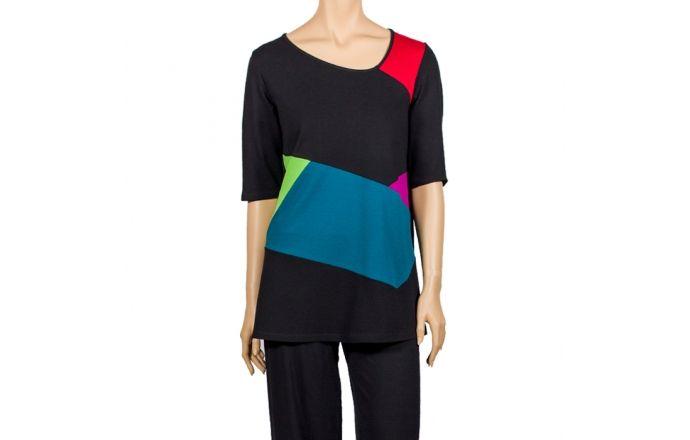 Camiseta larga de colores con formas geométricas y cuello asimétrico. #InstintoBcn #Moda #Diseño #mujer