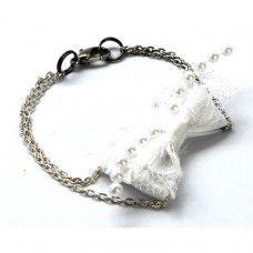 Az egyedi, kézzel készült, három rétegű, gyönyörű masnis karkötő fehér szatén, két réteg fehér csipke és egy sor apró gyöngy-díszítésből áll...
