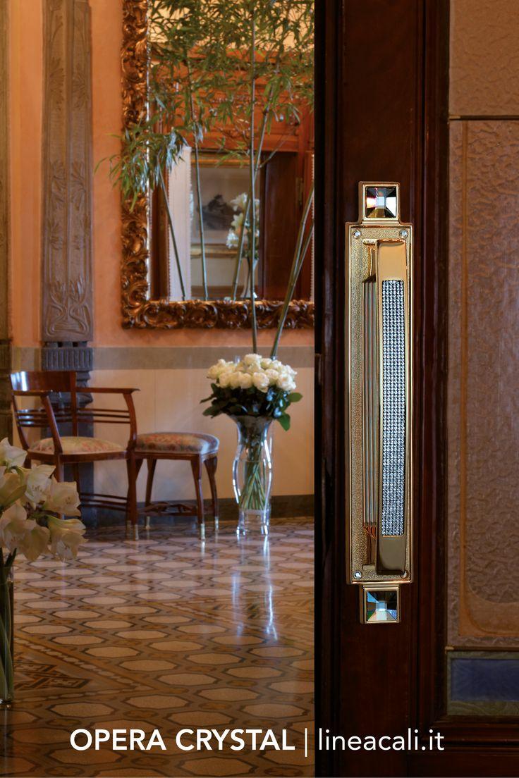 Opera Crystal | The irresistible fascination of Swarovski® crystals lights up this majestic collection, characterised by a meticulous and aristocratic style - - - L'irresistibile fascino dei cristalli Swarovski® accende questa imponente collezione, caratterizzata da uno stile rigoroso e aristocratico. #handles #doorhandle #doorhandles #lineacali #maniglie #vintage #crystal #neoclassic #brass #klamki #ручки #manillas #klinken