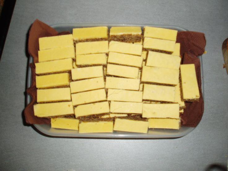 Máslo, cukr dobře vymícháme, přidáme ořechy, mouku a z bílků sníh. Důkladně promícháme. Těsto dáme na vymaštěný a moukou vysypaný plech a dáme péct...