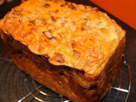 De meest bekende kaas-uienbrood is plat en die zijn ook heel lekker. Met dit recept voor de broodbakmachine maak je een lekker hoog brood, dan heb je meer.