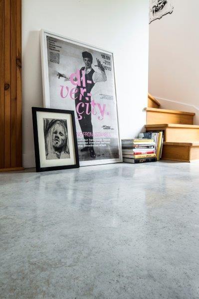 Część dzienna Simple House - detal posadzki BAUFLOOR Ultima przy schodach na antresolę. Fot. Bautech Futura