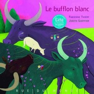 Thiéry Fabienne Le bufflon blanc Éd. Rue du monde, 2008. Un conte pour ne pas s'effrayer des différences et garder confiance en la vie. Avec des images éclatantes.