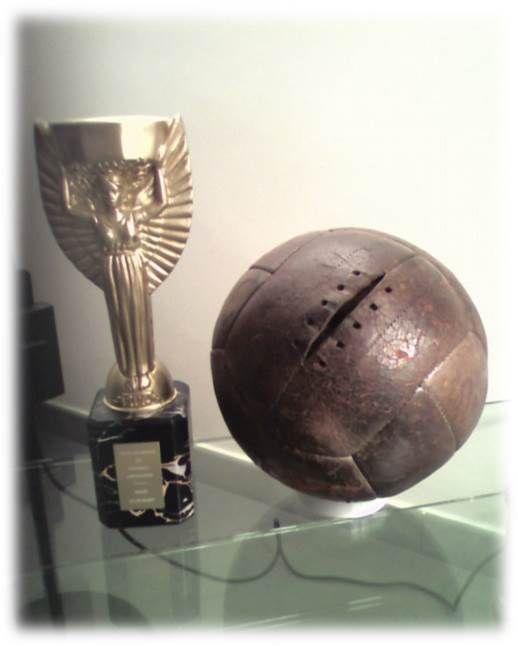 Los balones utilizados en las Copas Mundiales de Fútbol, se han ido modificando con el paso del tiempo gracias a la utilización de nuevas tecnologías que permiten definir aspectos como velocidad, impermeabilidad, precisión, y diseño. Desde 1970, las pelotas de cada Mundial han sido diseñadas por la compañía Adidas.