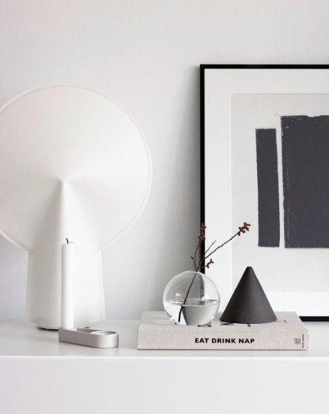 HAY Lampe, schwarz weiß Stillleben Dekoration Kommode modernen minimalistischen …   – Inter…