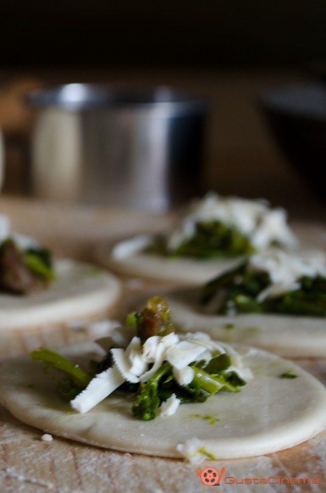 Gnocchi ripieni di broccoli e pancetta, un primo piatto di sicuro successo e con una gustosa farcia al suo interno.