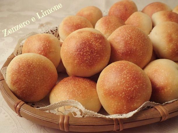 Questi panini al latte sono dei morbidissimi bocconcini perfetti per allestire un buffet e bellissimi da servire in tavola quando si hanno ospiti.