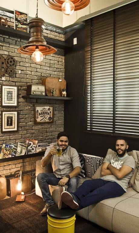 Barbearia em estilo retrô no Méier oferece chope e petiscos a clientes