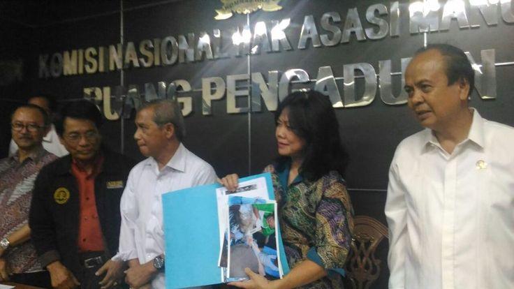 """KIBLAT.NET, Jakarta – Komisioner Komnas HAM, Siane Indriyani, menegaskan bahwa tidak ditemukan adanya tanda-tanda perlawanan dari hasil autopsi jasad Siyono (34), yang tewas bulan lalu setelah dijemput Densus 88. Ditemukan banyak luka memar dan patah tulang di jasad bapak yang meninggalkan lima anak tersebut. """"Tidak ada perlawanan. Tidak ada luka yang akibat defensif,"""" kata Siane …"""
