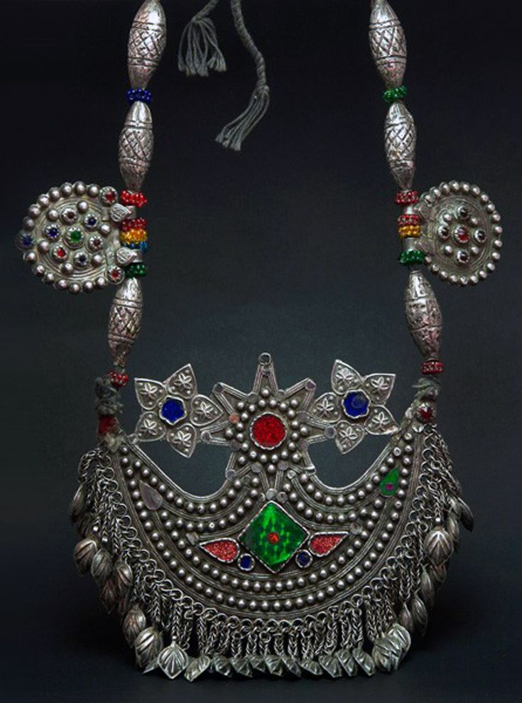 Afghanistan | Kuchi silver and glass necklace | Early 20th century | 1250€