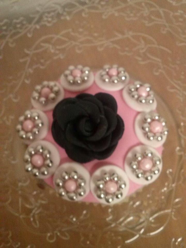 Cupcake rosa negra y perlas preciosas