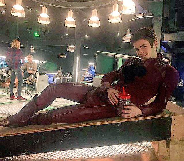 New pic on Arrow set of Grant Gustin and Emily Bett in the lair... Omg I can't breath