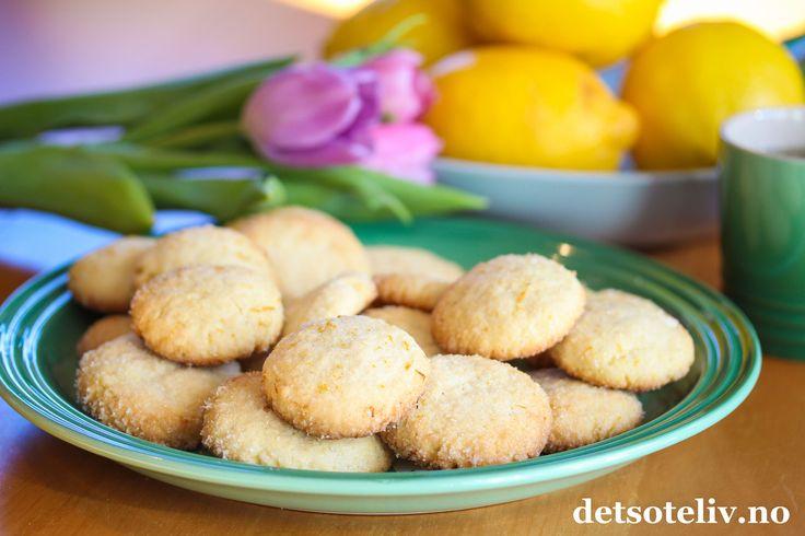 Hvor oftebakerdu småkaker hjemme? Min erfaring er at mange synes det er noe gammeldags over det å bake småkaker, men det er faktisk utrolig digg å ha en kakeboks med enkle småkaker å ty til når man har lyst på en liten kakebit til kaffe- eller tekoppen. Det fine med småkaker er dessuten at de er lette å lage og at de holder seg lenge i kakeboksen. Hjemmelagde småkaker er rett og slett en veldig undervurdert greie...!  Disse småkakene har deilig, mild smak av sitron. Kakene rulles i…