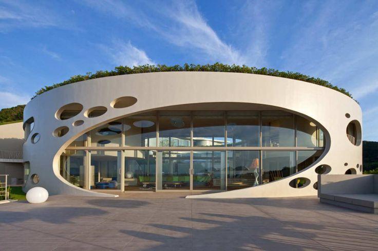 Вилла Ронд (Villa Ronde) в Японии от Ciel Rouge. Это круглое в плане здание, построенное на побережье японского моря, включает в себя частный музей, гостевой дом и крытый бассейн. Круглая форма позволяет обеспечить лучшие виды на окружающую природу, а также защитить внутренний двор от морских ветров. Свободная планировка внутри здания даёт возможность закрыть отдельные помещения или организовать единое непрерывное пространство вокруг патио. Название: Вилла Ронд (Villa Ronde) Расположение…