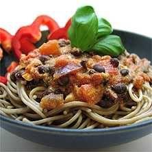 Vegetarisk pastasås med färskost och svarta bönor - Recept - Tasteline.com